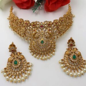 short neckpiece with stones and pearls